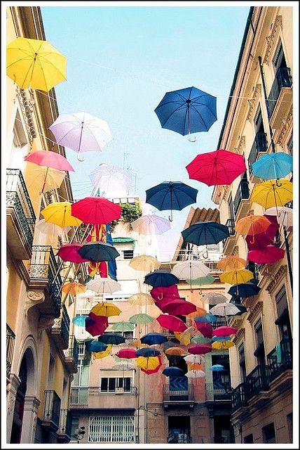 Iniciativa de dos arquitectos de colocar paraguas en un calle de alicante para ver la proyección de la sombra en el suelo. Tal fue el éxito que la marca Sony se interesó por el proyecto para uno de sus anuncios.