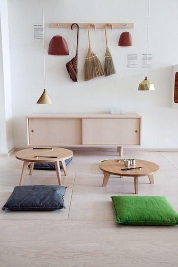 床に座ると目線が低いので、タンスや本棚など背の高い家具は圧迫感があります。 ローボードや座卓など背の低い家具で揃えると、快適な地べた生活の空間になります。