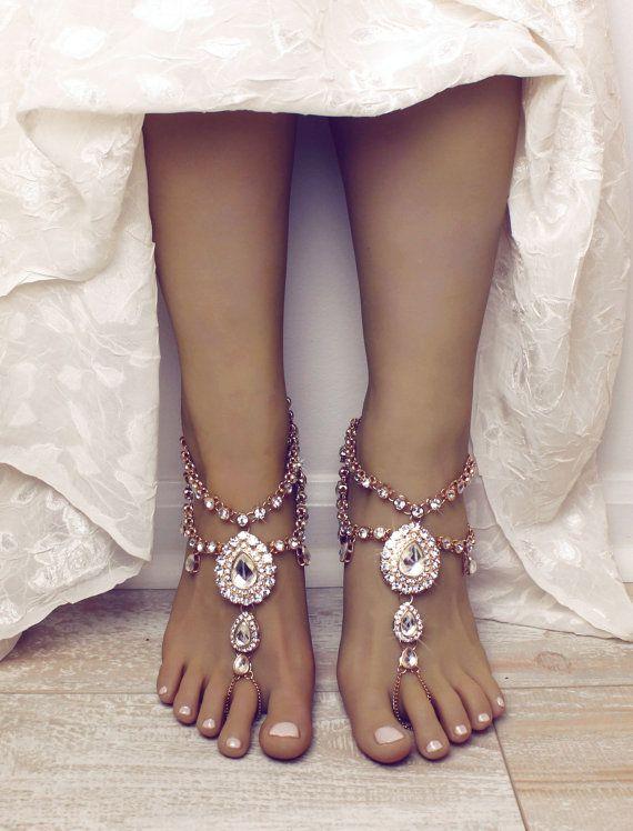 Word verliefd op Aida Barefoot Sandals. Deze absoluut gorgeous sandalen zijn handgemaakt met materialen van de hoogste inkeping en zijn zeker verbazen een bruid die is op zoek naar dat speciale wow stuk voor haar bruiloft. Deze sandalen zijn voorzien van Strass set banden die zachtjes met elkaar zijn verbonden in een naadloze vormgeving.  Verkocht als paar, en beschikbaar in zowel zilver als goud.  Alle bestellingen worden verwerkt en in 5 tot 7 werkdagen vanaf aankoop, vanaf 7-12 werkdagen…