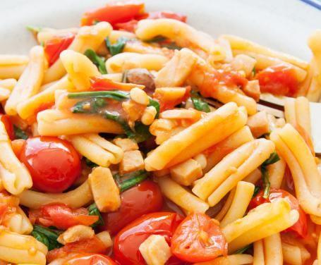 Gli strozzapreti con pomodorini e pancetta sono nutrienti, gustosi e completi: un primo piatto versatile che si adatta a più occasioni!