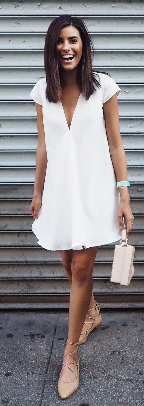 Vestito bianco a camicie (Love), ballerine allacciate beige (Mango).