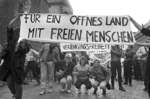 Leipzig, Nikolaikirche, 4. 9. 1989: Für wenige Sekunden konnte dieses Transparent gezeigt werden, bevor Agenten der Stasi es herunterrissen...