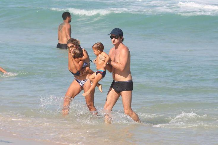 Marcelo Serrado se diverte com a mulher e os filhos na praia