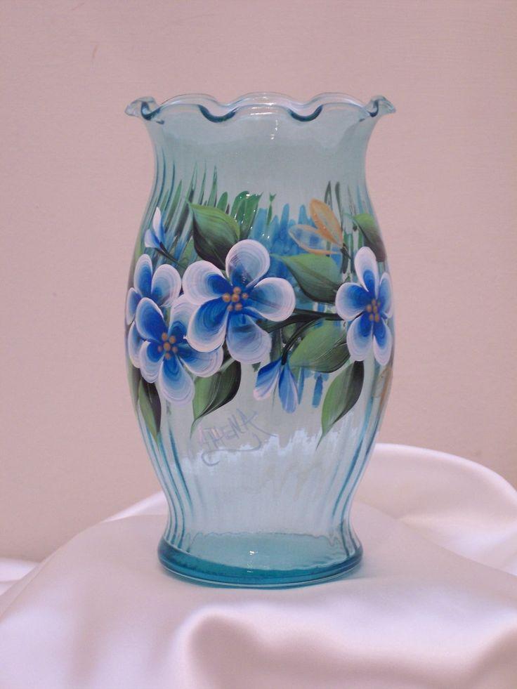 Florero de vidrio verde azulado con flores verde por NaturesPetals