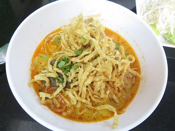 タイのバンコクで、カレー味のカオソーイは日本人に人気のタイ料理ですが、BTSプロンポン駅から歩いて4分のところに専門店があり、1杯60バーツで食べられます。