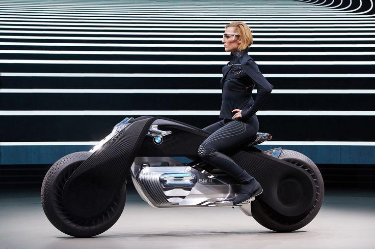 BMW Motorradが、BMW設立100周年を記念するコンセプトバイク「Motorrad Vision Next 100」を発表しました。10年ほど未来のバイクをテーマとしており、停止中でもバランスを取って自立するムラタセイサク君的な機能を搭載、さらに事故回避機能によってヘルメットが不要になるとして