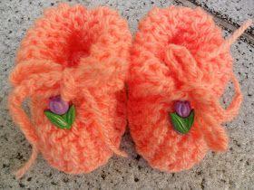 Material: sobras de lã grossa tipo Família, por exemplo  ag 5,5  enfeite, que pode ser um botão em forma de flor ou bichinho ou flor de fita...