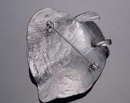 Jedinečná ručne brúsená a leptaná brošňa - leaf