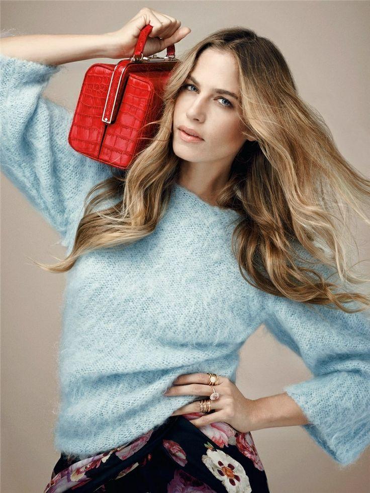 Marina KLEIN. Jersey de Emporio Armani, falda de Just One y bolso de cocodrilo de Giorgio Armani.