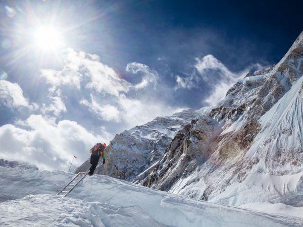 エベレスト山の麓、ベースキャンプ1と2の間に横たわるクレバスを通過する筆者のコンラッド・アンカー(Conrad Anker)氏。Photograph by Cory Richards / National Geographic Creative