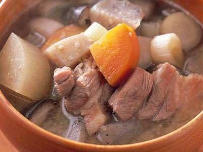 野崎 洋光さんの「ごちそう豚汁」のレシピページです。 材料: 豚バラ肉、大根、にんじん、里芋、ごぼう、生しいたけ、ねぎ、こんにゃく、昆布、みそ、サラダ油