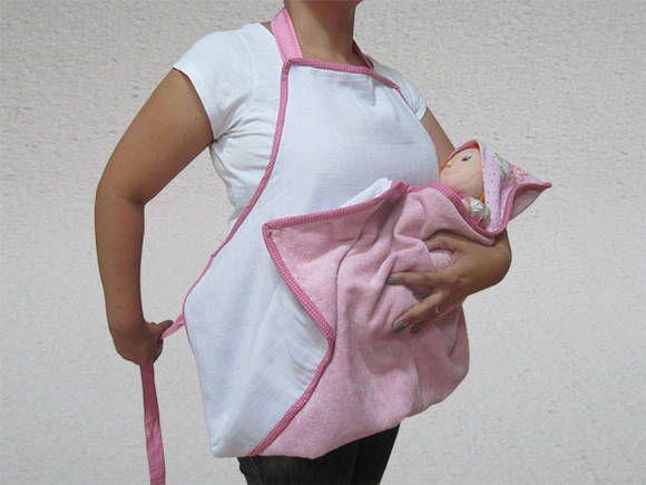 Avental toalha fralda. Para dar banho no seu bebê com as mãos livres.  Feito em tecido atoalhado aveludado rosa, revestido com fralda branca. A fralda tem a função de absorver rapidamente a água, secando o bebê mais rápido e o tecido atoalhado o mantém quentinho.  Com capuz do lado esquerdo - para mamães que seguram o bebê com a mão esquerda e dão o banho com a mão direita (destras). O capuz também é revestido com fralda, para ficar mais macio e secar mais rapidamente os cabelos do bebê…