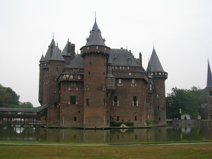 the functions of a medieval castle Medieval castles are magnificent structures that were first created around the tenth century what were the main purposes of a castle the basic function of a castle varied and their use changed over time.