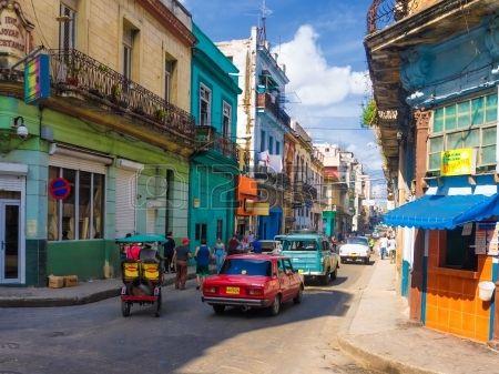 Les Gens Et Les Voitures Anciennes Dans Une Rue Du Centre De La Havane Banque D'Images Et Photos Libres De Droits. Image 15294821.