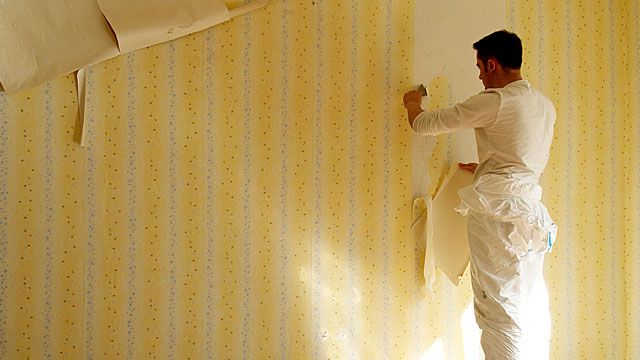 Mit den richtigen Tricks lösen Sie alte Tapeten leichter von der Wand ab. (Quelle: Zoonar)