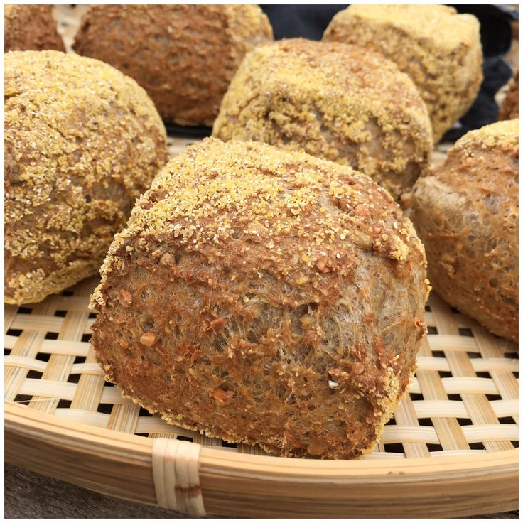 Disse glutenfri havrestykker med kerner er de bedste glutenfri boller som jeg har bagt og smagt. De er langtidshævede og bagt ved høj varme.