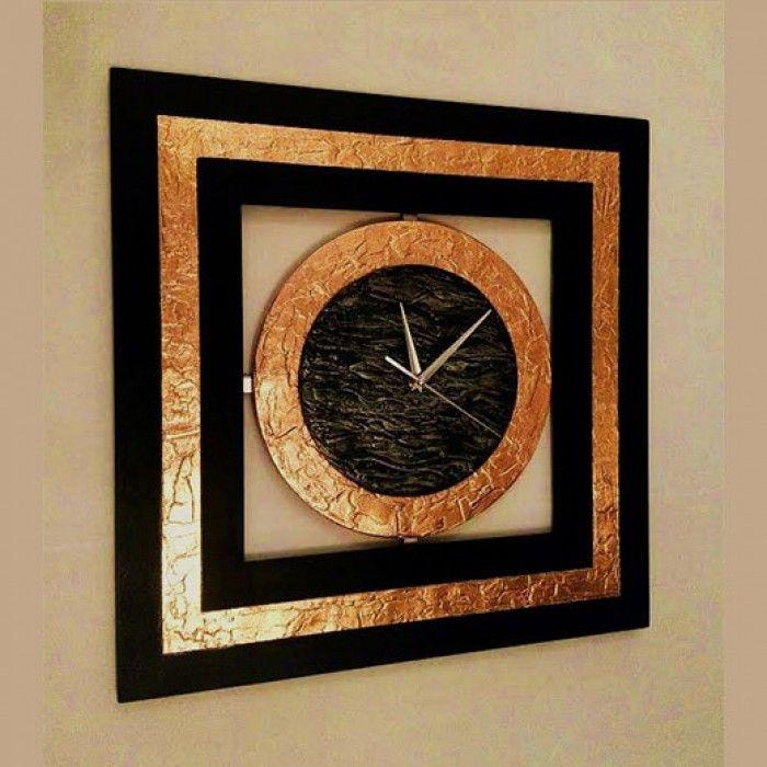 Χειροποίητο διακοσμητικό ρολόι τοίχου (vintage) φτιαγμένο με ακρυλικό μαύρο χρώμα και φύλλο χαλκού. Το ρολόι έχει την τεχνική της πατίνας και πάστας διαμόρφωσης που δημιουργεί ανάγλυφη επιφάνεια και εντυπωσιακό design. Έχει περαστεί με βερνίκι σατινέ για την προστασία και όμορφο φινίρισμα. Oι δείκτες του ρολογιού είναι μεταλλικοί και ο μηχανισμός του αθόρυβος. Διαστάσεις: 60/60cm και 80/80cm Σχετικά Προϊόντα
