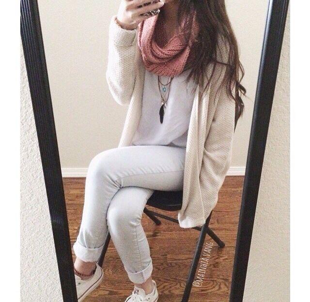 Blanco Pantalones jeans claros casi blancos , polera blanca , zapatillas y poleron abierto blanco invierno