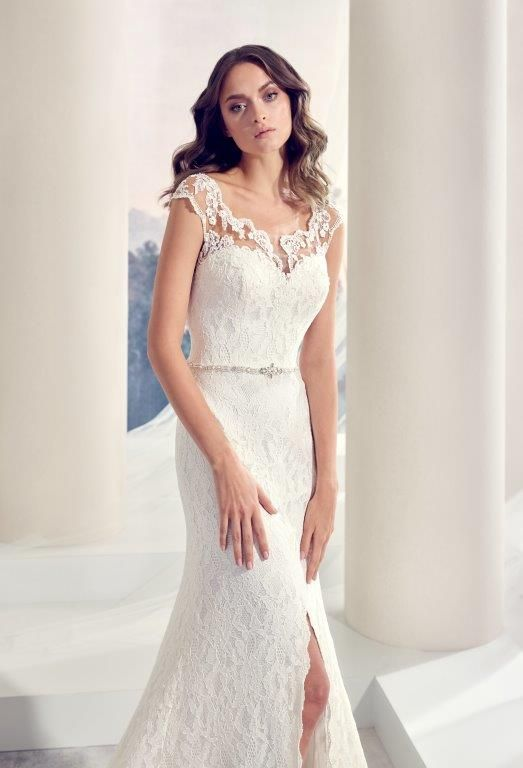 3758d1e6 Elegant brudekjole i blonder med dyb ryg, fint bælte med perler i taljen og  en slids op i skørtet. Meget feminin og helt fantastisk hvis man har 'gode  ben' ...