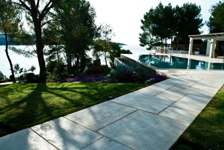 Cast stone path leading to the pool #antique #stone #engineered #technique #outdoor #design