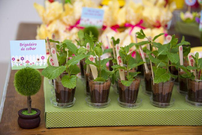 Brigadeiros de copinho com folhinhas de hortelã, uma ótima idéia para as mães que mandam e-mail perguntando sobre dicas para festas de criança com tema de jardinagem ; )