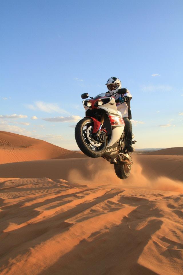 Stéphane Peterhansel sur les dunes de Merzouga au guidon de la YZF-R1 2012 (photo Alain Lecorre / L'Integral).
