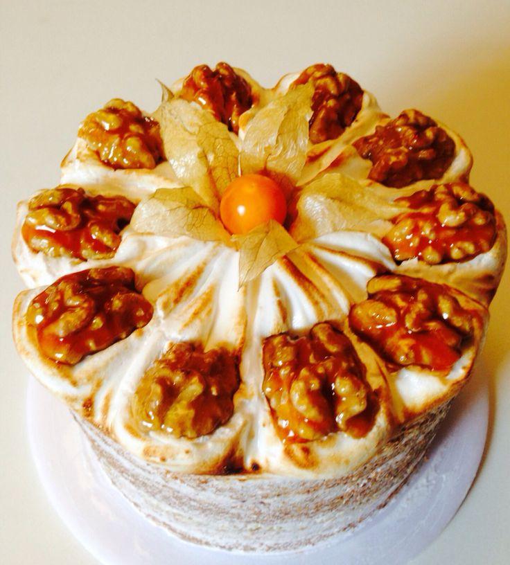 Bolo amanteigado de baunilha com recheio de caramelo e geleia de damasco. Coberto com merengue italiano e nozes caramelizados. Doce Moreno Bauru -SP Encomendas:(14) 98214-3373/99792-6282
