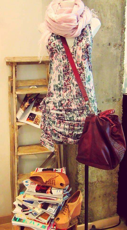 Look Pedralbes Centre semana 10 de junio.  Vestido estampado IRO, foulard lino FalieroSarti, bolso granate LIEBESKIND, zapato rejilla EMMA GO