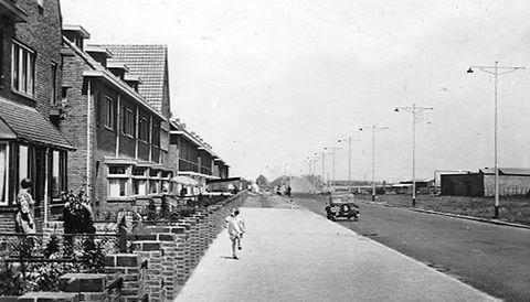 Ringbaan West midden vijftiger jaren. Op de achtergrond de oprit over het spoor. De huizen links staan tegenover het politiebureau Ringbaan West nu.