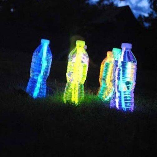 Un éclairage original pour les soirées avec des bâtons lumineux dans des bouteilles à eau. Aussi idéal pour faire du bowling de nuit! camping09