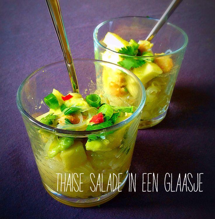 Een frisse Thaise salade in een glaasje met Kip, koriander, mihoen, Chili en bosui