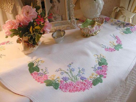 Charmante nappe brodée de fleurs du Printemps, jacinthes, primevères, etc...