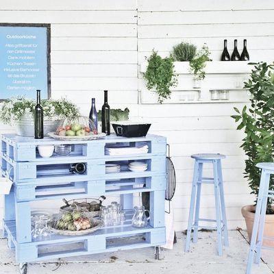 On recycle des palettes en bois en bar d'extérieur tendance au bord de la piscine