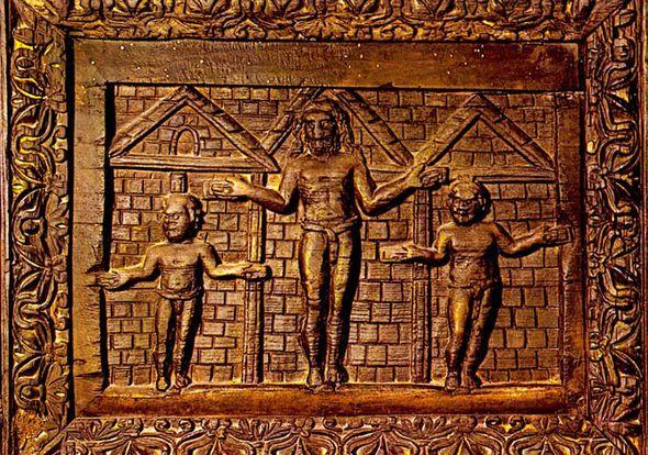 Santa Sabina, Roma, Le porte, uno dei rarissimi esemplari di scultura lignea paleocristiana conservata; è la più antica raffigurazione della Crocifissione che si conosca, 432.