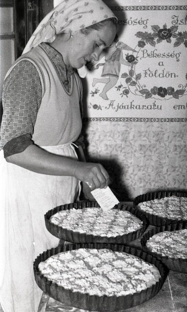 Túrós tészta tetejét díszítő (kockázó) asszony - Domaháza, 1963.  Fotó: Molnár Balázs