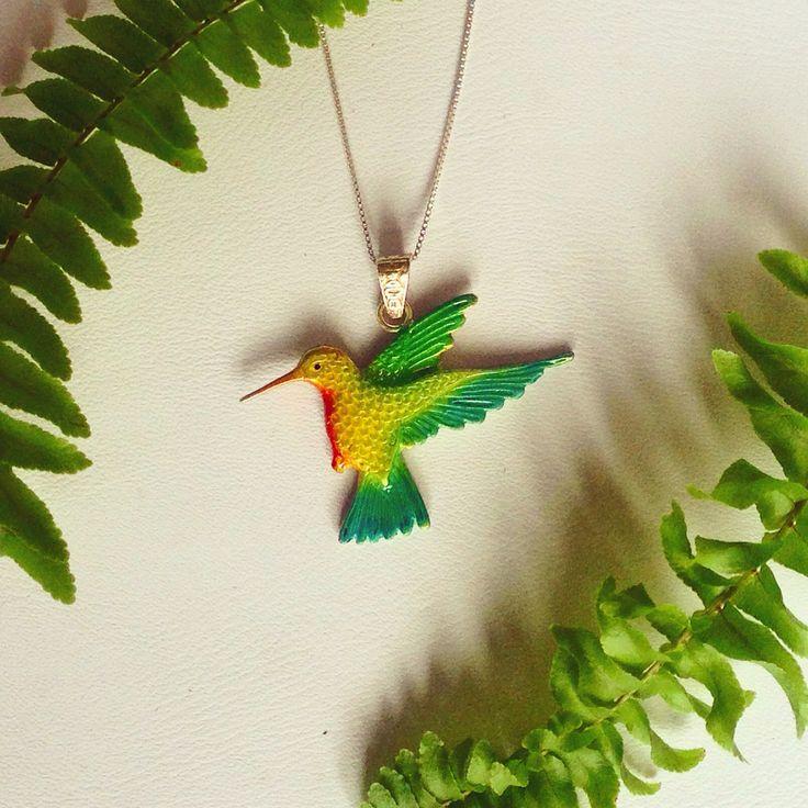 Eden jewelry, inspirándose en la exótica fauna y flora colombiana con unos de sus animales más representativos cuyo nombre es colibrí silfo coliverde significado guardián del tiempo donde habita normalmente por la zona de Antioquia-Colombia.
