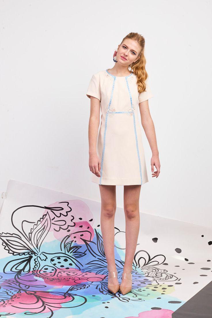 Elégante en robe courte pastel, parfaite pour les cérémonies estivales! Poupée Chic - Collection printemps / été 2017. A retrouver dans notre boutique New Capucine à Vesoul.