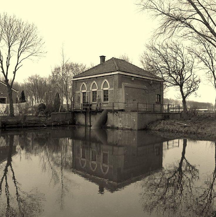 Brielle - Het Gemaal De Klomp werd in 1879-1880 gebouwd om de afwatering van de polders rond Brielle te verbeteren. Aanvankelijk was het een stoomgemaal, maar in 1927 werd de stoommachine vervangen door een dieselmotor