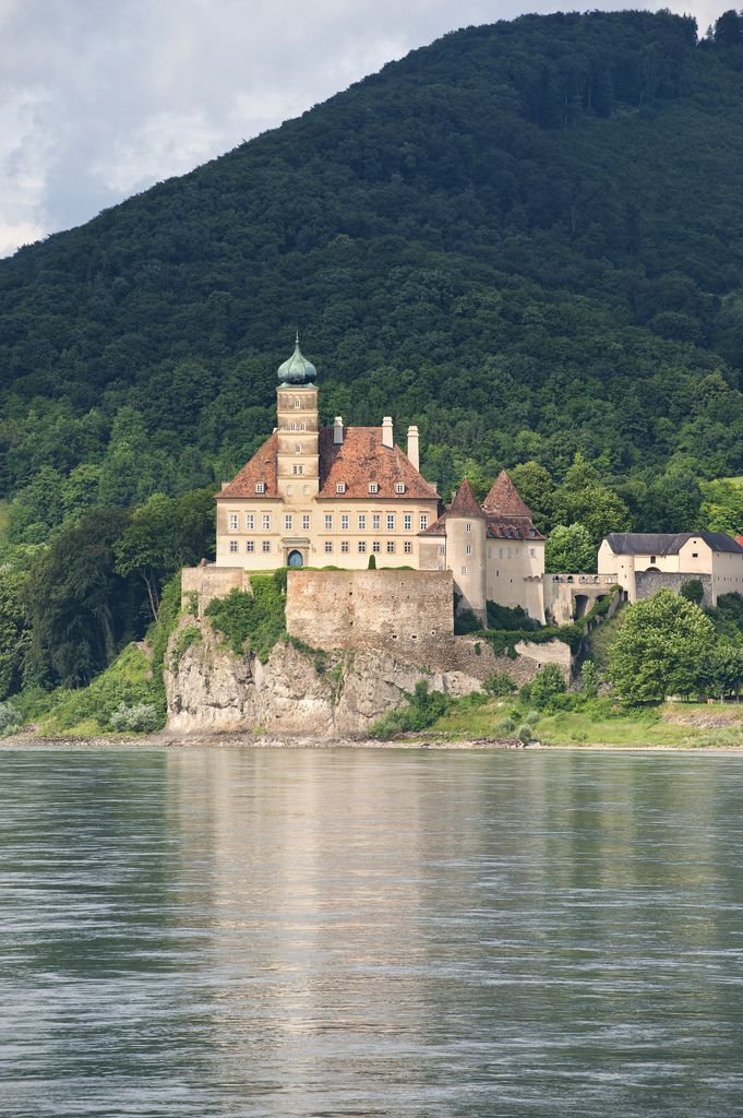 https://flic.kr/p/9Yq3wZ | Schloss Schönbühel in der Wachau | Austria:  Took a boat on the Danube from Melk to Durnstein and Schloss Schönbühel in der Wachau was in view along the way.  It is a castle built in the 12th century.  A beautiful scene!
