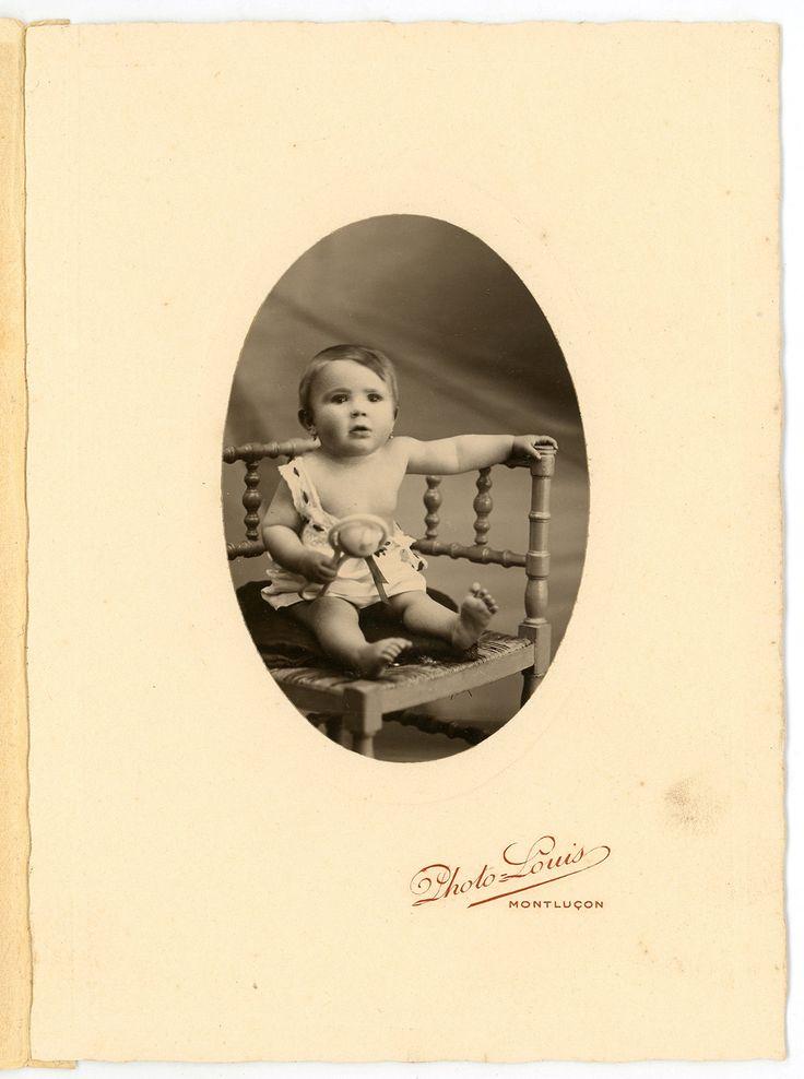 Bébé fille avec un hochet original des années 1930 vintage
