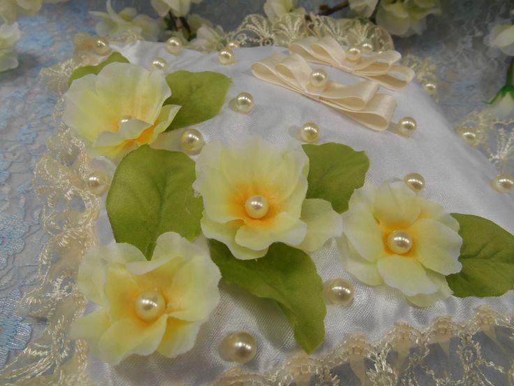 Подушечка для позитивной яркой свадьбы в желтых тонах.