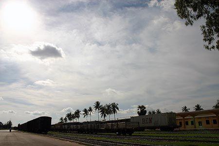 カンボジアの首都、プノンペン。歩いて駅に着いたが、人の気配がなく拍子抜けしてしまった。2004/9 カンボジア王立鉄道 Royal Railways of Cambodia プノンペン駅 Phnom Penh Station(カンボジア王国 Kingdom of Cambodia)© 2010 風旅記(M.M.) 風旅記以外への転載はできません...