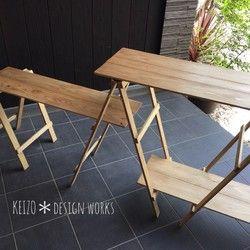 """■アウトドアでも自宅のキッチンのように使用できるサイズオーダー可能な木製カウンターテーブルです。*ミディアムウォルナット色です。⚠️現在、最大で4週間お待ち頂いております。納期はメッセージにてご確認ください。★★オーダーできます★★◉上段および下段、サイドの棚の高さは変更できます。(上段高さは最大87㎝まで)◉棚板を標準の杉から""""桧""""に変更できます(ギャラリー展示)◉サイド下段に木製の棚とスタンドを追加できます。 →メッセージにてご相談ください。 棚とスタンドの写真は、ギャラリーの「カウンターテーブル用オプション棚 & スタンド」の写真をご参照ください。□ サイズ □木製棚 ・約100㎝×36㎝ (1枚)上段の棚までの高さ約87㎝・約76㎝×28㎝ (2枚)下段の棚までの高さ約18㎝サイドの棚までの高さ約58㎝スタンドの幅 約38㎝高さは写真のモデルの参考サイズです。ご相談ください。【安全にお使い頂く為に必ずお読み下さい】◉本品は、キャンプでの積載、持ち運びを考え、できる限りの「軽量化とコンパクト化」を図りました。あくまで簡易なテーブルですので、ご使用にあたり下記に..."""