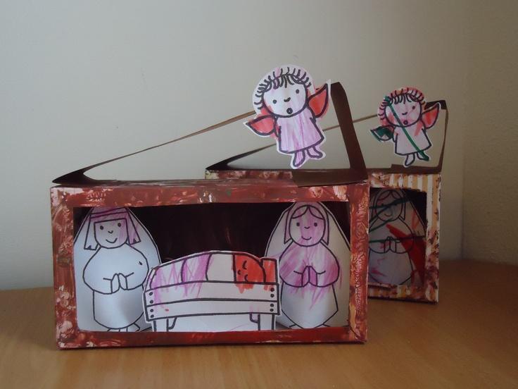Kerststal: Knip uit een pak hagelslag 1 grote zijde., maar laat hiervan aan de kanten 1 cm. staan. beschilder de doos. Neem een strook stevig papier en vouw hier het dak van. Laat een kleurplaat kleuren en knip de figuurtjes uit. Plak deze vervolgens in het stalletje.