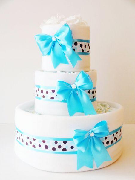 Tort Exclusive BLUE z 60 pampersów firmy Pampers, 2 pieluszek flanelowych oraz ozdób.