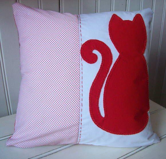 Almofada em algodão com aplicação em patchwork. Se desejar, bordamos o nome. R$ 45,00