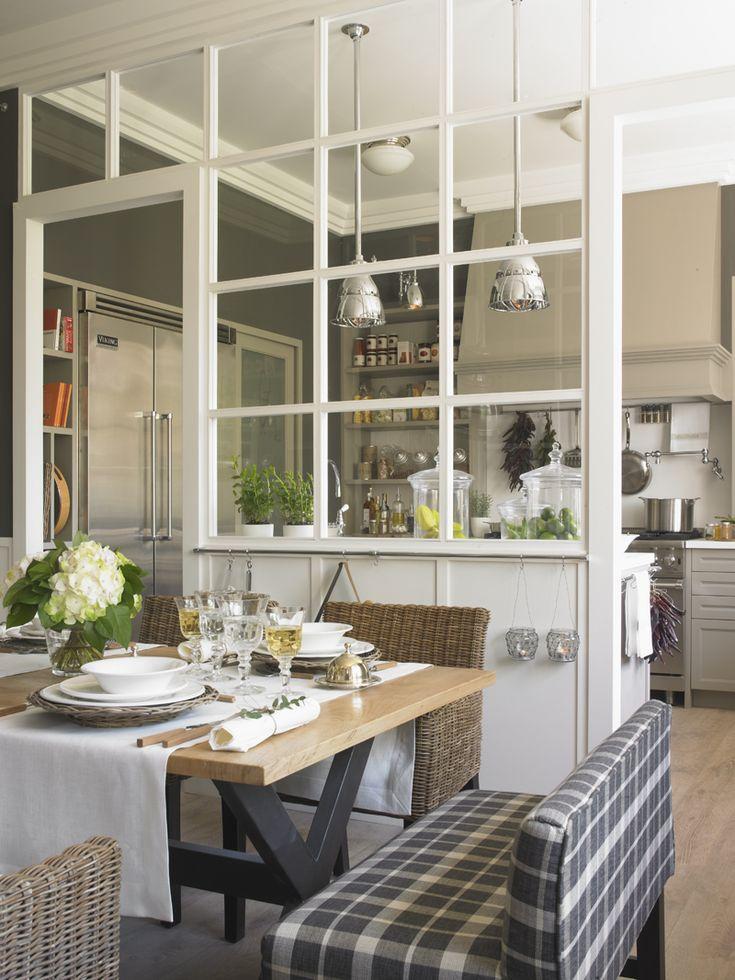 Separación acristalada de los espacios de comedor y cocina. Glass wall separation between kitchen and dinning room.