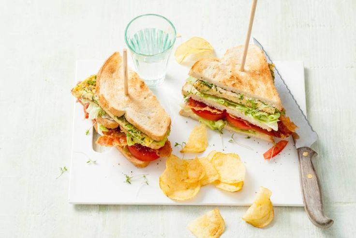 Clubsandwich met omelet, Parmezaan en verse kruiden - Recept - Allerhande