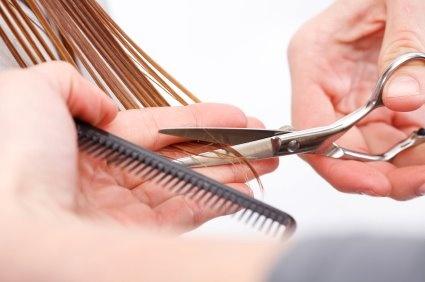 Zastřihávání vlasových konečků je důležité pro posílení vlasů, doporučuje se jedenkrát za 3 měsíce