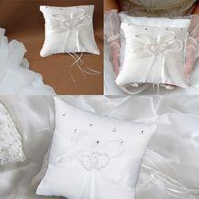 1 stks 10x10 cm trendy kleine satijnen strik bruiloft decoratie pocket ring kussen parel driebanden ivory(China (Mainland))